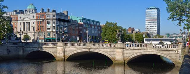 Vue du centre de Dublin avec un pont